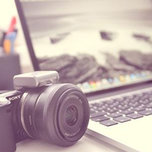 Arbeitsplatz mit Laptop und Kamera