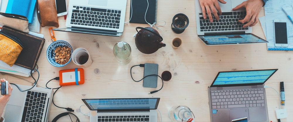 Gemeinsam arbeiten am Laptop