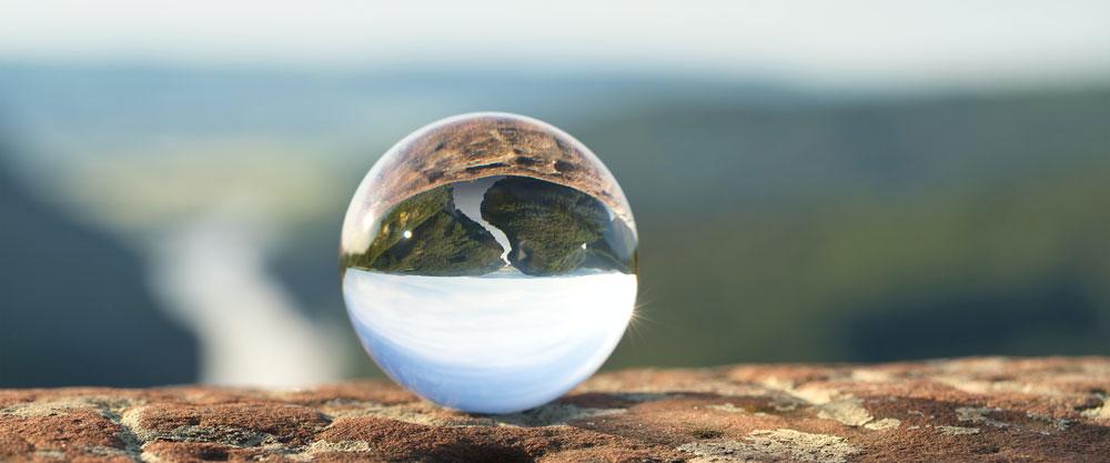 Saarschleife bei Mettlach in einer Glaskugel